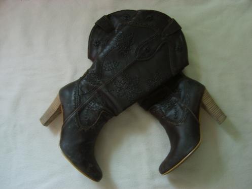 Dicen que hay que dejar los zapatos en la ventana por si vienen los reyes magos!! jeje ;)