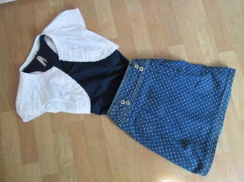 Look navy combinado con falda jean