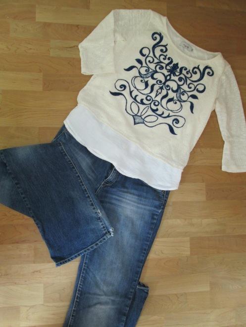 Jersey inspiración tribal con jeans acampanados